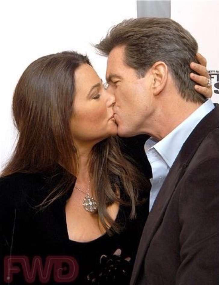 captura de pantalla 2017 11 28 a las 2 12 43 p m 2 - La esposa de Pierce Brosnan ha sido criticada por su figura, uno más de los estigmas de las parejas de celebridades.