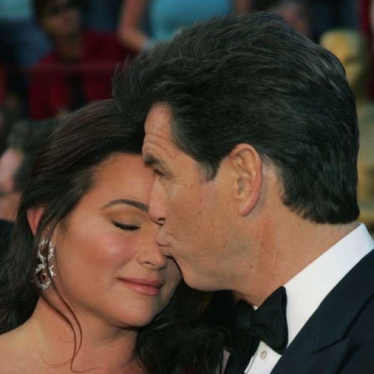 captura de pantalla 2017 11 28 a las 2 12 57 p m 2 - La esposa de Pierce Brosnan ha sido criticada por su figura, uno más de los estigmas de las parejas de celebridades.