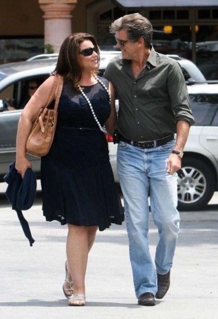 captura de pantalla 2017 11 28 a las 2 19 54 p m 2 699x1024 - La esposa de Pierce Brosnan ha sido criticada por su figura, uno más de los estigmas de las parejas de celebridades.