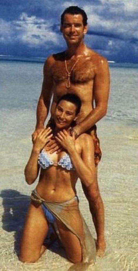 captura de pantalla 2017 11 28 a las 2 23 33 p m 2 525x1024 - La esposa de Pierce Brosnan ha sido criticada por su figura, uno más de los estigmas de las parejas de celebridades.