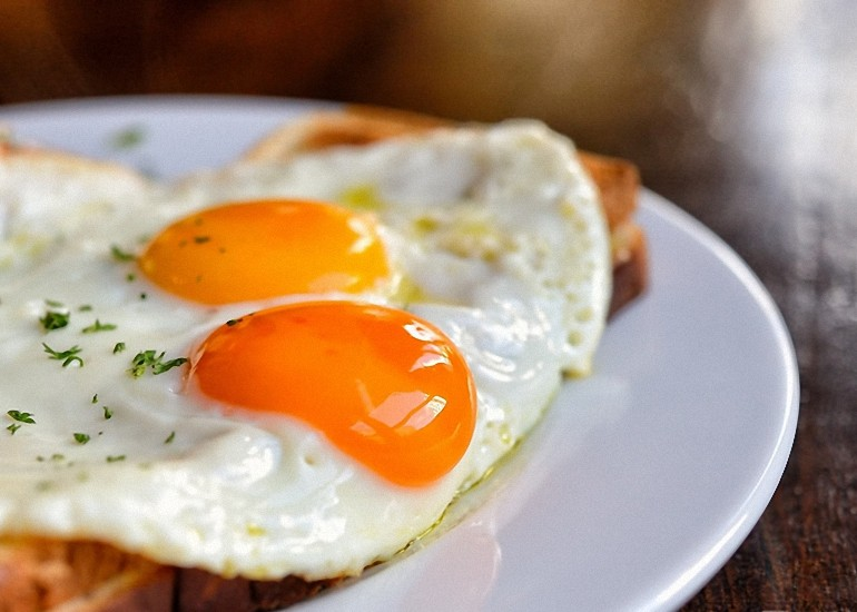 é perigoso ovos-comer-tudo-o-dia-770x550