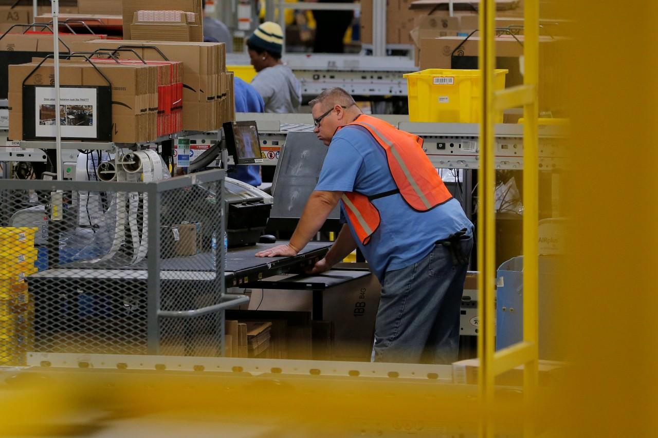 feb51d4bab755f793d528b5c5b6a0738 - 血汗工廠?女孩拆Amazon包裹,驚見手寫求救信!