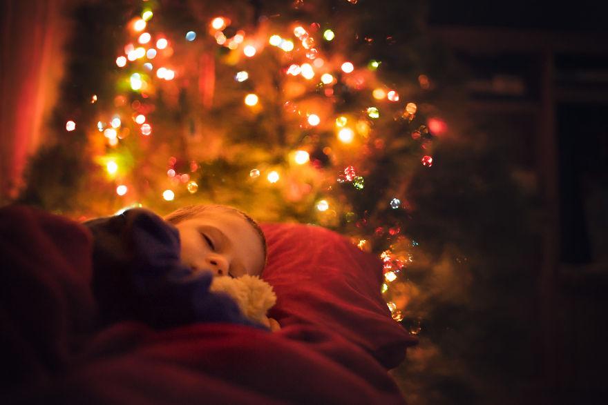 img 5a29fb2e49a08 - 有攝影師老爸就是威:普通的聖誕節裝飾變得超夢幻!