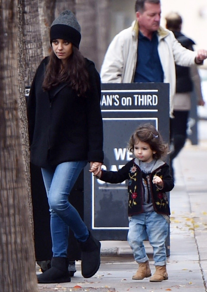 people criticize mila kunis for letting her daughter to drink wine 3 - Atriz é criticada por deixar a filha beber vinho desde que nasceu