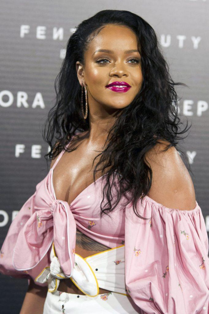 rihanna glowy 682x1024 - Rihanna está arrasando em roupas justas com suas novas curvas!