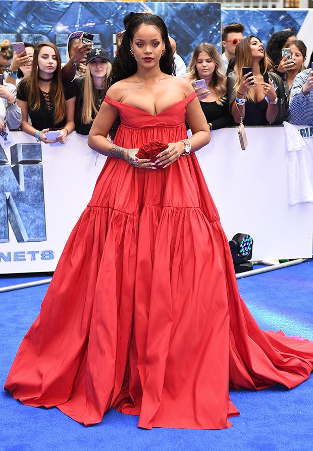 rihanna red dress cleavage embed - Rihanna está arrasando em roupas justas com suas novas curvas!