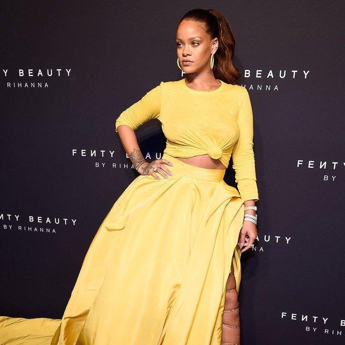 rihanna yellow oscar de la renta dress fenty beauty - Rihanna está arrasando em roupas justas com suas novas curvas!