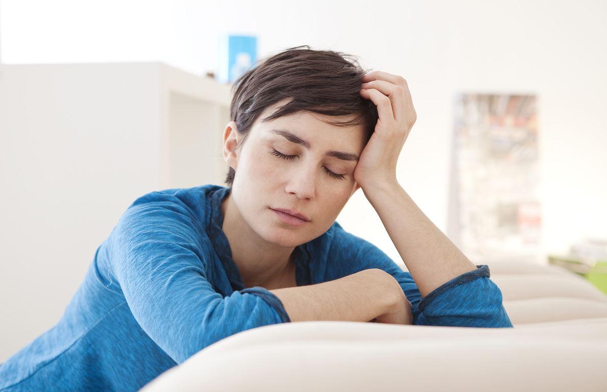 unexplanied fatigue shutterstock 173814428 - 9 Señales de advertencia de desequilibrio hormonal que pueden producir manchas faciales