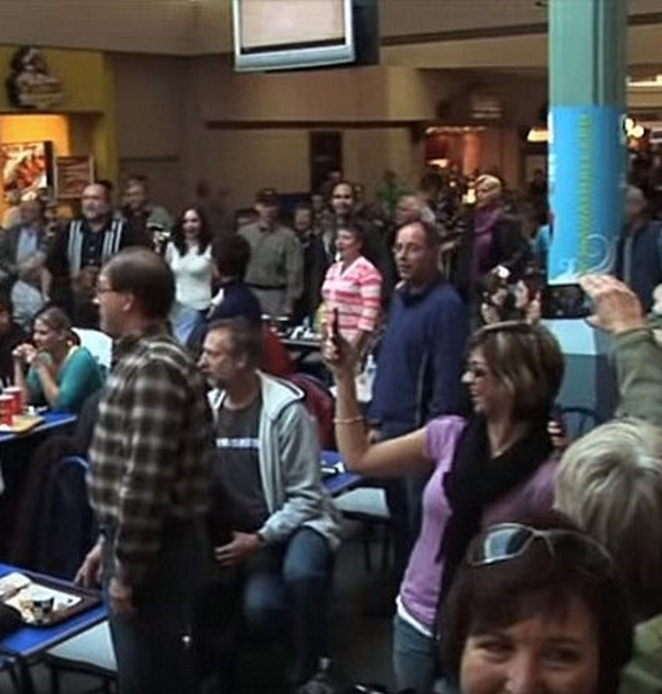 woman talks on phone loudly crowd 2 - These Unsuspecting Shoppers Got A Surprise At Food Court