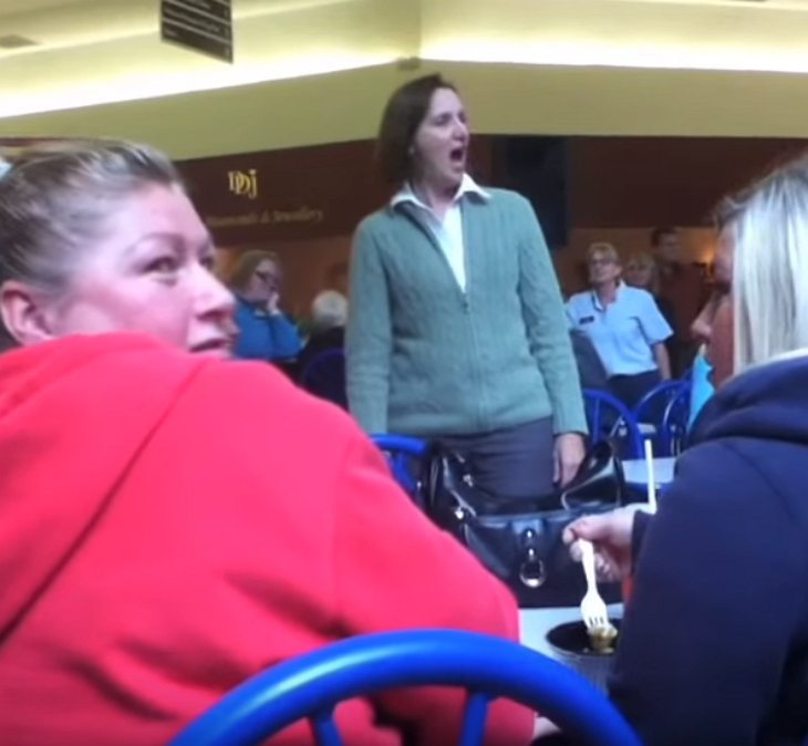 woman talks on phone loudly crowd 4 - These Unsuspecting Shoppers Got A Surprise At Food Court