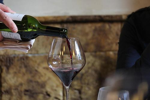 2 104 - 意外と知られていないワインの注ぎ方のマナーについて