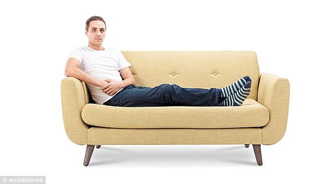 3075e2a800000578 3411613 image a 2 1453457604243 1 - Você pode ver a personalidade de alguém pela sua posição ao se sentar no sofá