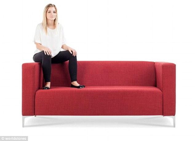 3075e2ce00000578 3411613 image a 20 1453459613392 1 - Você pode ver a personalidade de alguém pela sua posição ao se sentar no sofá