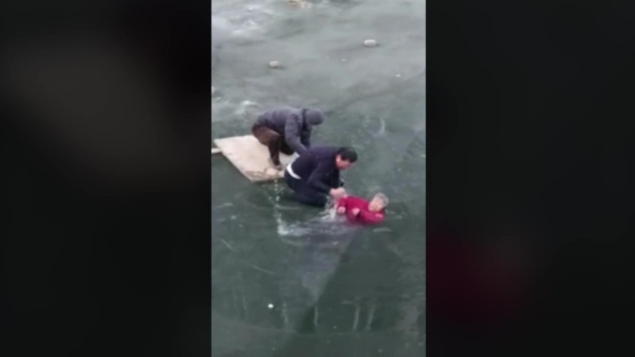 4221396001 5694659923001 5694640044001 vs - Man Finds an Elderly Woman Trapped in a Frozen River and Risks His Life to Save Her