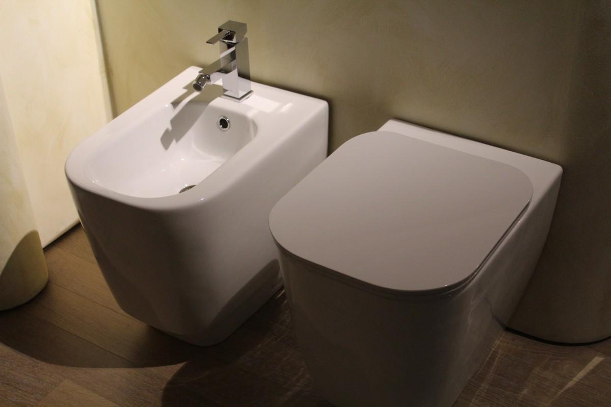 sanitary fittings wc bidet toilet vater hygiene ceramics bathroom 651404 - 데이트 첫 날 여자가 '화장실 창문'에 끼인 엄청난 이유