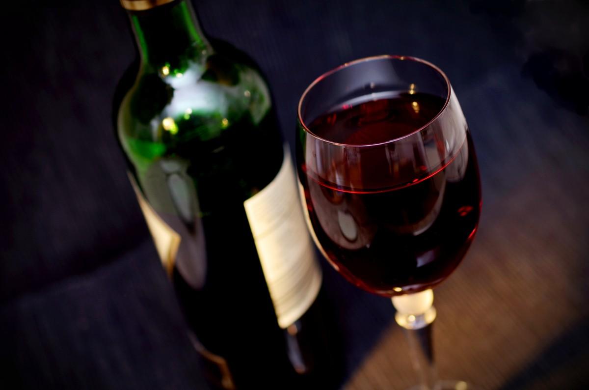 포도주 유리 빨간 음주 어둠 병 적포도주 알코올 와인 병 와인 잔 샴페인 리큐어 혜택 유리 잔 주류 증류수 마시는 것