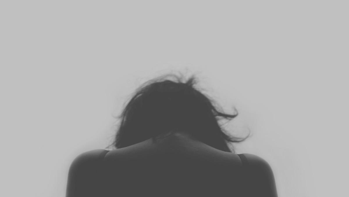 손 사람 검정색과 흰색 소녀 여자 머리 여자 비애 손가락 검은 단색화 헤어 스타일 얼굴 그림 눈 머리 오르간 상호 작용 감각 흑백 사진 얼굴 털