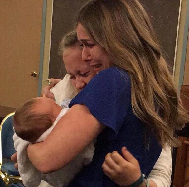 adoption2 - Chaque adoption est une histoire différente : cette femme enregistre une vidéo avant de donner son fils à l'adoption