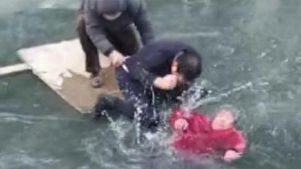 f2900456 eb7f 11e7 8d3e 3515408466a8 1280x720 160559 - Man Finds an Elderly Woman Trapped in a Frozen River and Risks His Life to Save Her