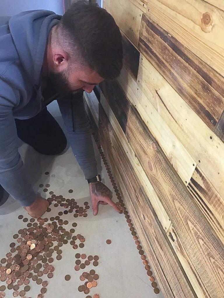 floor 850x1134 768x1024 - Un coiffeur recouvre son sol de 70 000 centimes et ça valait le coût!