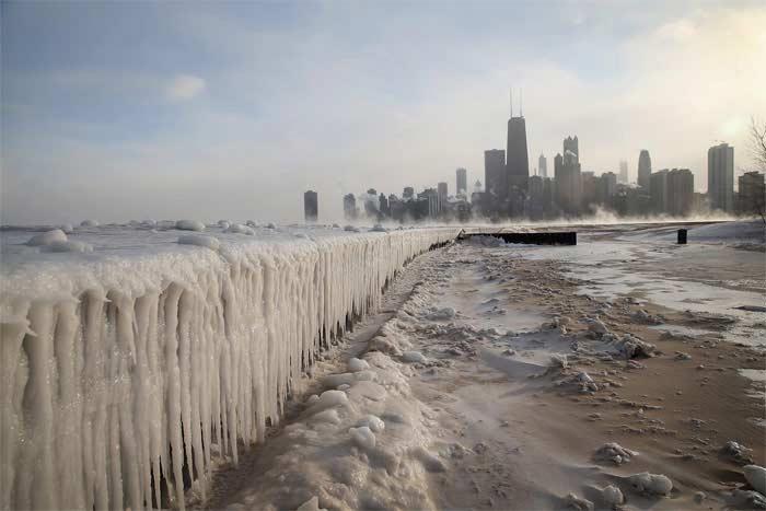 gallery main - 한쪽에선 분수가 얼고, 한쪽에선 도로가 뜨거워 녹아내리고...지구가 '뿔났다'