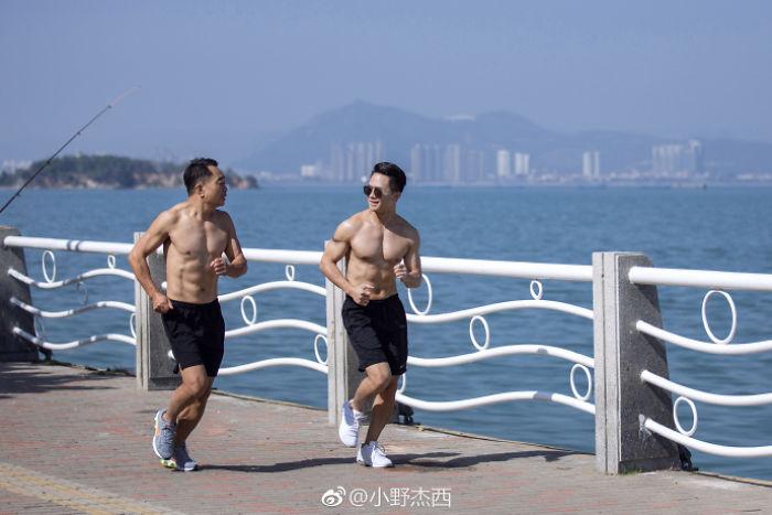 img 5a5692f67ff6f - 情侶健身算什麼?一家四口減肥6個月內練出大腹肌 效果超驚人!