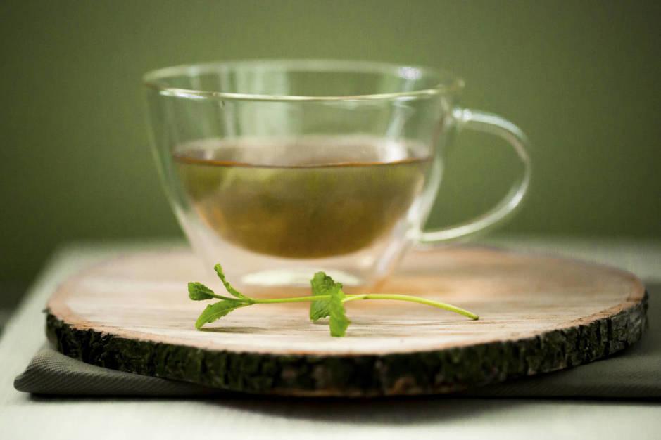 infusion de te verde istock - Cómo reducir el cáncer de mama con 4 alimentos