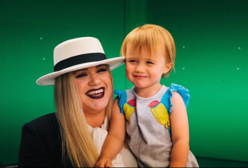 kellyclarkson3 - Kelly Clarkson Defends Her Decision To Spank HerDaughter: 'I'm Not Above It'