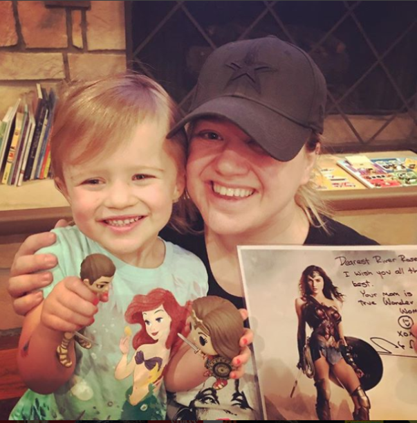 kellyclarkson4 - Kelly Clarkson Defends Her Decision To Spank HerDaughter: 'I'm Not Above It'