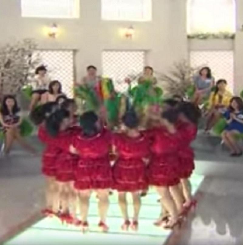 reddress - Des femmes en robes rouges s'alignent, mais lorsqu'elles se retournent, le public n'en revient pas