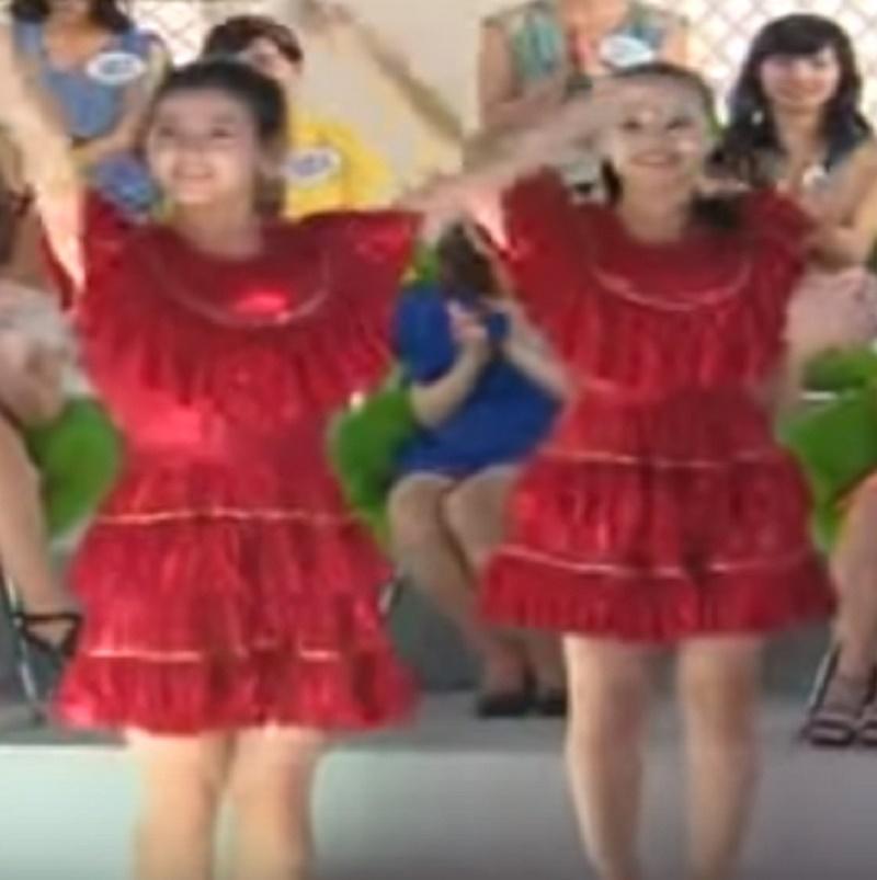 reddress3 - Des femmes en robes rouges s'alignent, mais lorsqu'elles se retournent, le public n'en revient pas