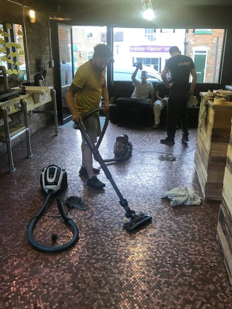 vacuum 850x1134 768x1024 - Un coiffeur recouvre son sol de 70 000 centimes et ça valait le coût!