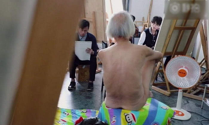1 189 - 88 Year Old Man Becomes a Nude Model, His Sons Abandon Him