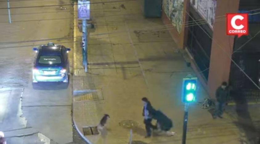 1 191 - Un hombre golpea a su pareja en la calle, pero un grupo de personas le dan su merecido