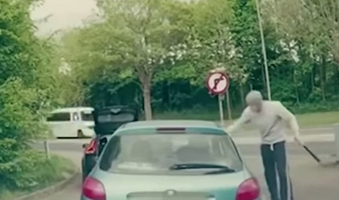 69bu690d07i11j2hu5e3 - 경적 울린 뒤차 운전자 '야구 방망이'로 때리려던 남성의 최후 (영상)