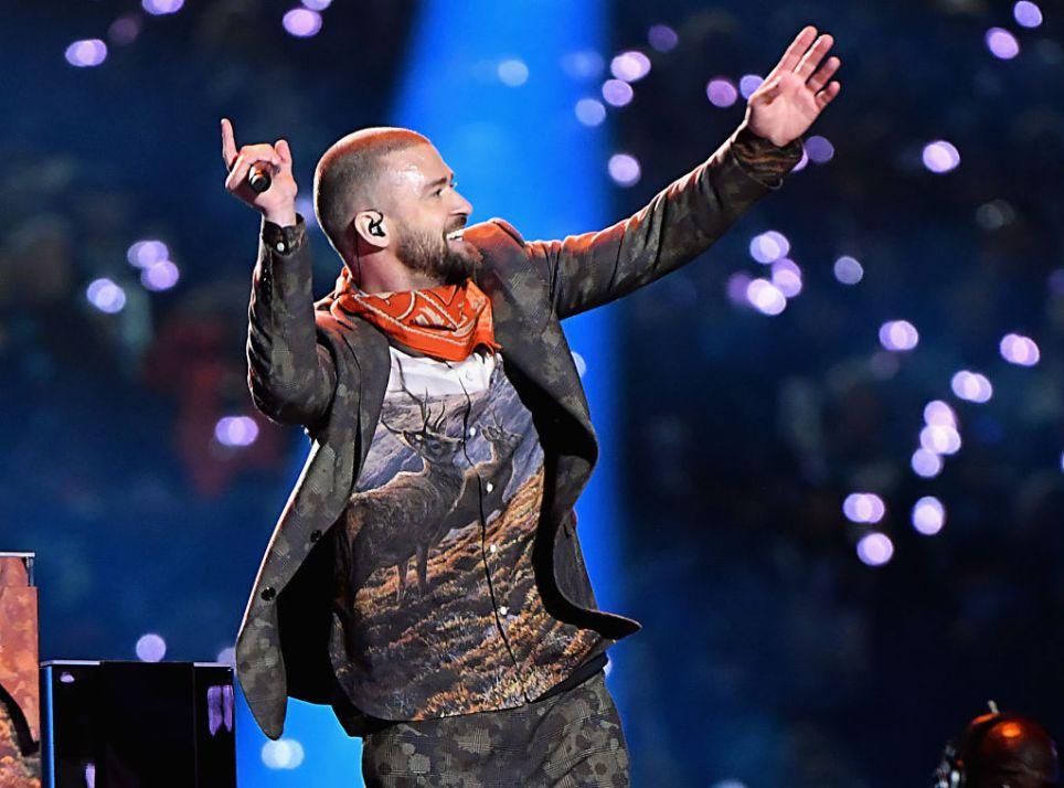 914324850 - Justin Timberlake et sa chemise Élan ont beaucoup fait rire les médias sociaux au Super Bowl