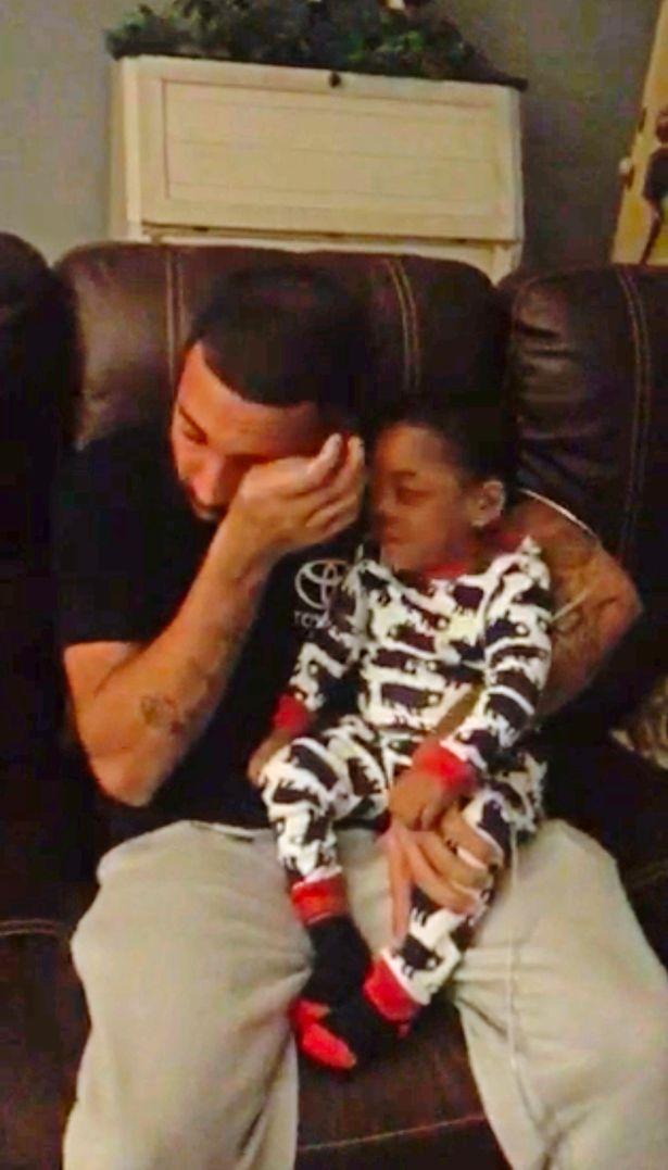 dad sings for deaf son 3 - Pai canta para seu filho surdo e a reação do garotinho o deixa aos prantos
