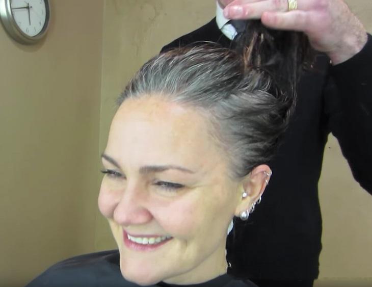 flinghair1 - Essa mulher estava cansada de esconder seus cabelos brancos e então tomou uma decisão radical!