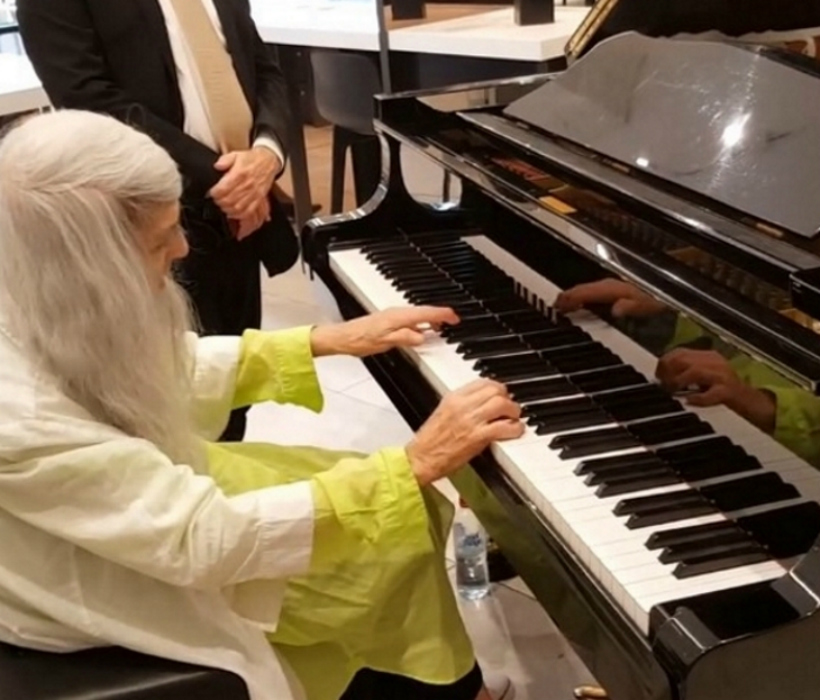 mallpianist - Uma senhora idosa entra em uma loja, começa a tocar piano e toca as pessoas no local