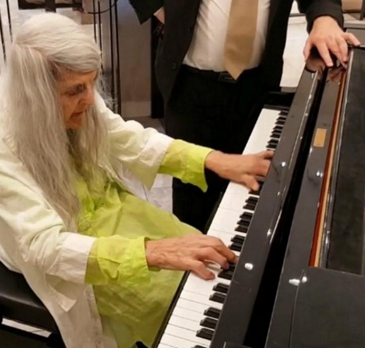 mallpianist2 - Uma senhora idosa entra em uma loja, começa a tocar piano e toca as pessoas no local