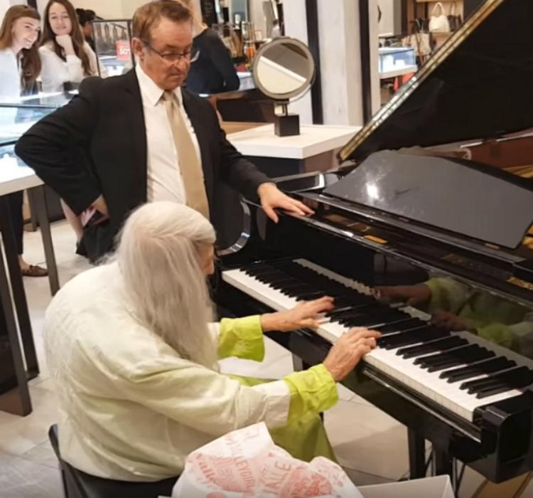mallpianist4 1 - Uma senhora idosa entra em uma loja, começa a tocar piano e toca as pessoas no local