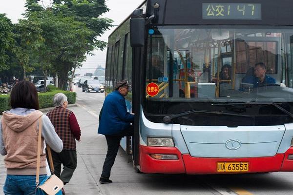 q3 ec9584eca3bceab2bdeca09c - 중국 버스기사, 영하날씨에 맨발로 아픈 아기 안고 뛰어나온 아빠 응급실 데려다줘