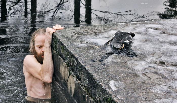 0y4x0s847qeh17lc871l - 얼음에 갇힌 오리 구하려 '맨몸'으로 얼어붙은 호수에 뛰어든 남성