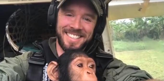 img 5a9e30629edc1 - 엄마 잃고 떠돌다 구조된 아기 침팬지의 첫 번째 비행 (영상)
