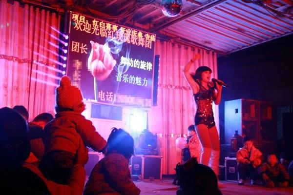 kh0221g02 - 장례식장에서 '스트립 쇼'를 벌이는 게 풍습이라는 중국 (영상)