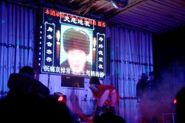 kh0221g03 - 장례식장에서 '스트립 쇼'를 벌이는 게 풍습이라는 중국 (영상)
