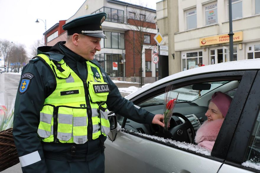 lithuanian police officers flowers international womens day1 5aa1211567eb9  880 - What Lithuanian Police Officers Did For Women On International Women's Day Will Bring A Broad Smile On Your Face