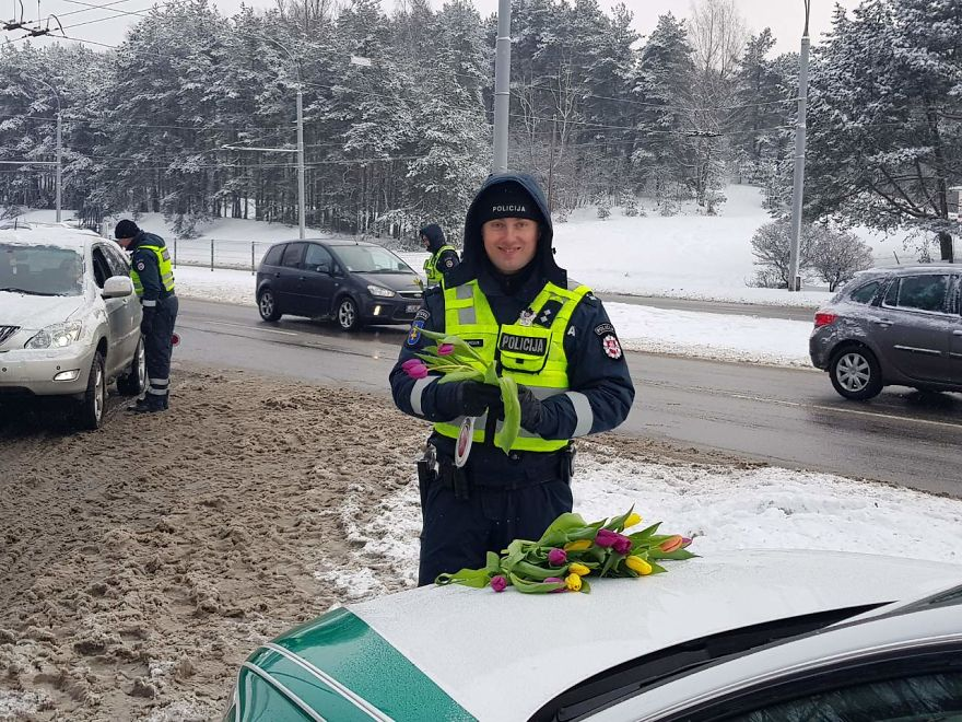 lithuanian police officers flowers international womens day10 5aa12129e9e42  880 - What Lithuanian Police Officers Did For Women On International Women's Day Will Bring A Broad Smile On Your Face