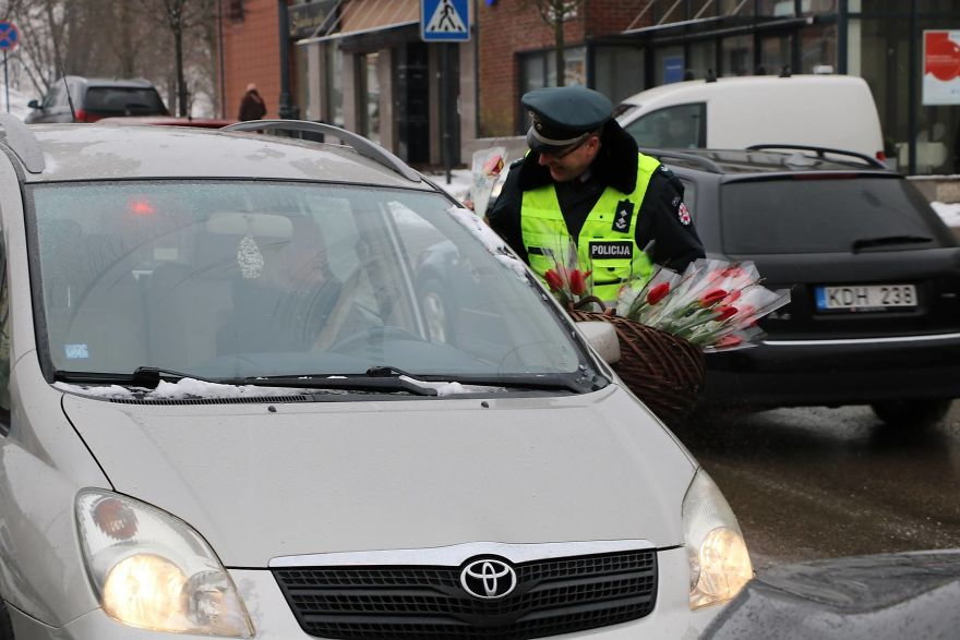 lithuanian police officers flowers international womens day11 5aa1212bcf224  880 - What Lithuanian Police Officers Did For Women On International Women's Day Will Bring A Broad Smile On Your Face