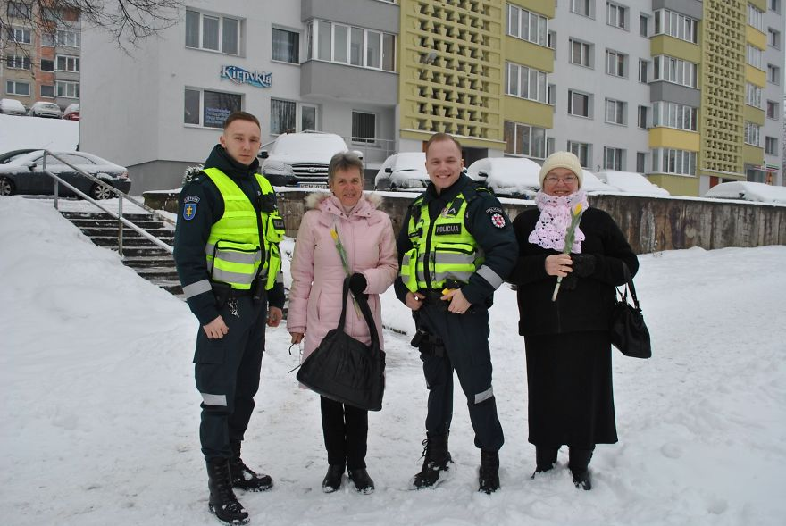 lithuanian police officers flowers international womens day12 5aa1212ddfd7f  880 - What Lithuanian Police Officers Did For Women On International Women's Day Will Bring A Broad Smile On Your Face